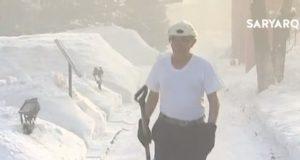 Карагандинец в 40-градусный мороз ходит в одной футболке