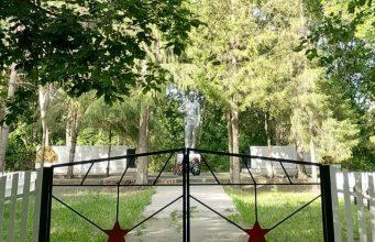 Сельчане-в-СКО-облагородили-парк-у-памятника,-погибшим-в-ВОВ-землякам