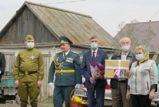 Единственного-в-Мамлютском-районе-ветерана-ВОВ-поздравил-аким