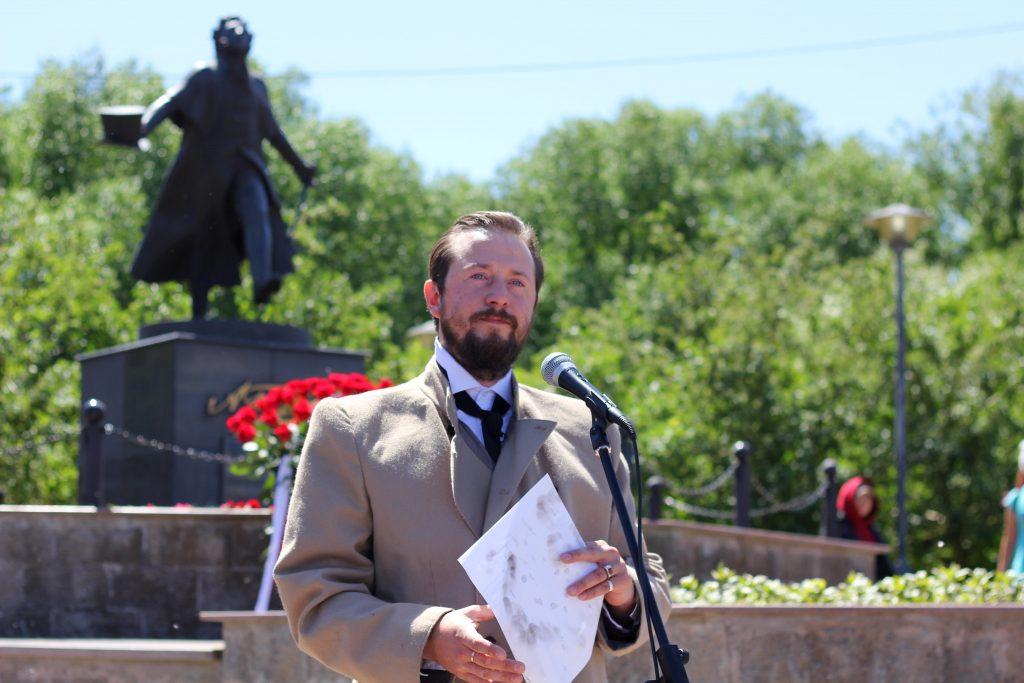 Арт-интервенция Достоевского у памятника Пушкину